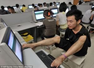 Ο Cao χρησιμοποιεί τα πόδια του για να δουλεύει στον υπολογιστή στο Πανεπιστήμιο που σπουδάζει Πληροφορική.