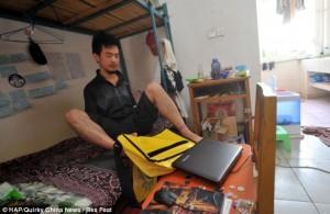 Ο Cao ετοιμάζεται για την παρακολούθηση των διαλέξεων, φτιάχνοντας την τσάντα του με τα πόδια.