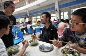 Ο Cao έμαθε μόνος του να ντύνεται, να γράφει και να τρώει μετά το ατύχημά του, ώστε να επιστρέψει στο σχολείο και να φτάσει σήμερα να γίνει φοιτητής Πανεπιστημίου.