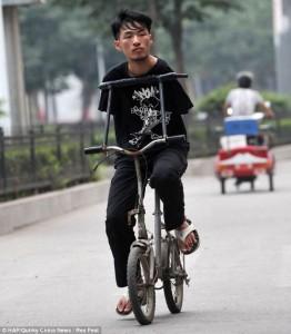 Ο Cao μετακινείται χρησιμοποιώντας ένα προσαρμοσμένο ποδήλατο το οποίο χειρίζεται με τον κορμό του.