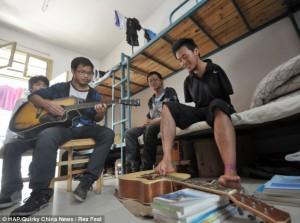 Ο Cao πέρασε το καλοκαίρι του μαθαίνοντας κιθάρα, για να μπορεί να παίζει με τους φίλους του.
