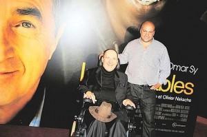 O Philippe Pozzo di Borgo και ο Abdel Sellou εμπρός από το πόστερ της ταινίας!