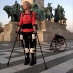 Εξωσκελετός «κατά παραγγελία» βοηθά παράλυτη να περπατήσει